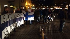 Rajat Kiinni demonstration utanför Åbo stadsfullmäktige.