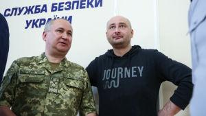 Arkadij Batjenko (till höger) tillsammans med ukrainska säkerhetstjänstens chef Vasilij Gritsak.