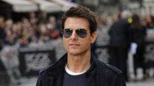 Tom Cruise i mörka glasögon.