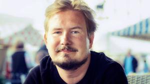 Tanssiva karhu -runopalkinnon voittanut Eino Santanen