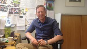 Rektor Niklas Wahlström vid Gymnasiet Grankulla samskola i sitt arbetsrum