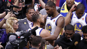 Kevin Durant och Stephen Curry omgiven av journalister