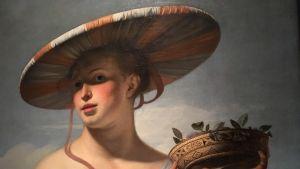 En ung kvinna i en randig hatt.