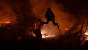 Man försöker kväva elden i Vigo, Spanien.