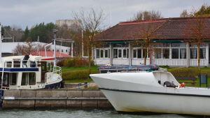 Snäckviken i Pargas, i bakgrunden båtar och Hotell Kalkstrand.
