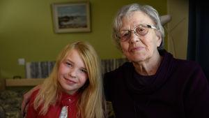 ung flicka och äldre kvinna