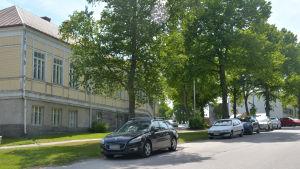 Bilar parkerade utanför ungdomsgården i Ekenäs.