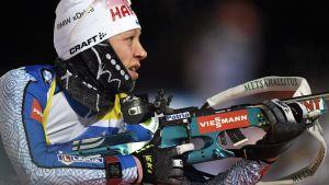 Kaisa Mäkäräinen förbereder sig för liggande skytte