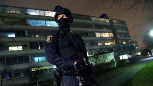 En beväpnad polis övervakade omgivningen kring sprängdådet på onsdag kväll.
