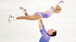 Aljona Savchenko/Bruno Massot i ett lyft i friåkningen i OS.