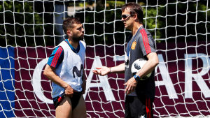 Chefstränaren Julen Lopetegui och backen Jordi Alba på Spaniens träningar inför VM.
