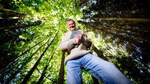 Sagofarbror Mårten Holm i skogen.