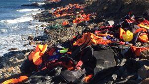 flytvästar på Lesbos strand