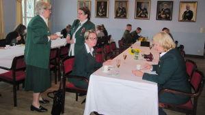 Medlemmar i Dragsvik Soldathemförening träffas och får höra om Okänd soldat i Harparskog.