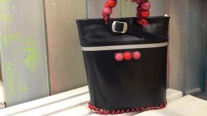 Väska gjord av ett skaft från en svart gummistövel