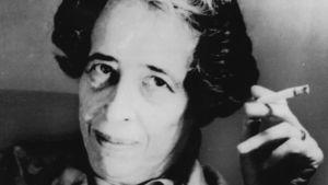Hannah Arendt tupakoi