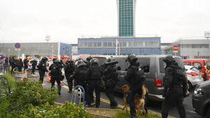 Poliser, räddningspersonal och soldater vid Paris-Orly flygplats den 18 mars 2017.