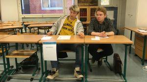 Två personer sitter vid ett bord.