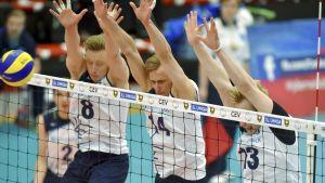 Elviss Krastins, Markus Kaurto och Antti Ropponen blockar.