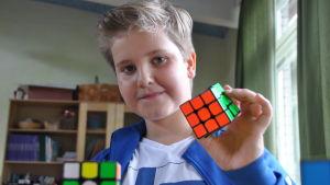 Linus Laurén med en löst Rubiks kub i handen