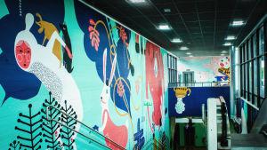 Värikäs seinämaalaus Myyrmäen juna-aseman sisäseinässä.
