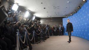 Willem Dafoe poserar inför tiotals pressfotografer.