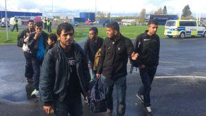 Asylsökande kommer över gränsen till Finland