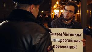 Sju demonstranter greps då Matilda hade premiär i Moskva.