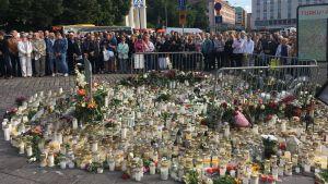 Människor samlade i Åbo för en tyst minut.