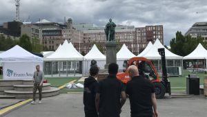 Vita festivaltält i Kungsträdgården.