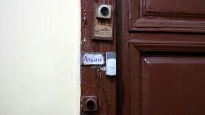 """Dörrklockor vid en """"kommunalka"""" i S:t Petersburg"""