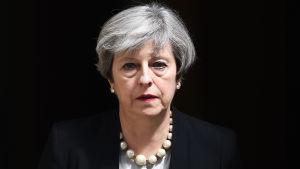 En sammanbiten Theresa May uttalade sig utanför 10 Downing Street på tisdagen den 23.5 efter attacken i Manchester.