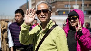 kiinalaisia turisteja Kaapelitehtaan rannassa menossa Finlandia Princess alukselle