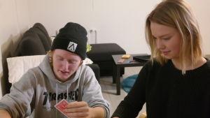 Kasper Börman och Erin Lindblom spelar kort