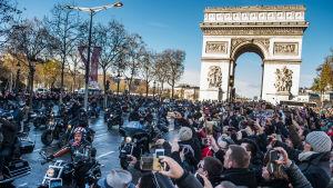 Franska motorcyklister på Harley-Davidson-cyklar deltar i begravningståget för den franska rockmusikern Johnny Halliday i Paris i december 2017.