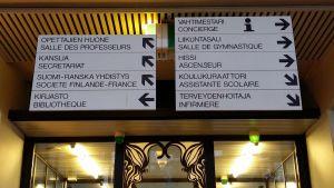 Koulun suuntakyltit kahdella kielellä
