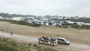 Över 7000 personer bor i kojor och tält i flyktinglägret i Calais.