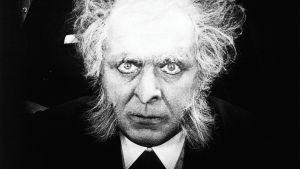 Rudolf Klein-Rogge eli tohtori Mabuse naamioituneena. Kuva Fritz Langin elokuvasta Tri Mabuse – ihmispeto (1922).