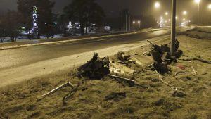 Delar efter bil som förstörts i våldsam olycka i Björneborg.