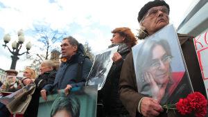 Journalisten Anna Politkovskaja sköts ihjäl i sin egen trappuppgång för exakt sju år sedan
