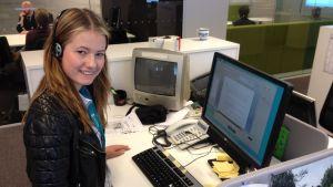 Karin Biström skriver ut intervjun med Rebecka Forsberg för webben.