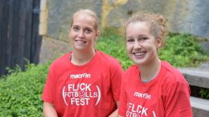 två flickor i röda t-skjortor