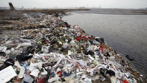 Avfall som har dumpats längs en flod i staden Qingdao i Kina