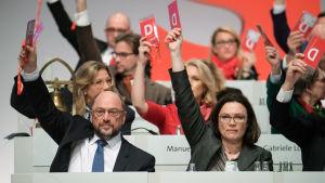 Tyska socialdemokraternas ordförande MartinSchulz och viceordförande Andrea Nahles.
