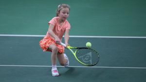 En flicka spelar tennis