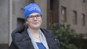 """Marika Sorjalla on päässä pipo, jossa lukee: """"Make Finland great again"""""""