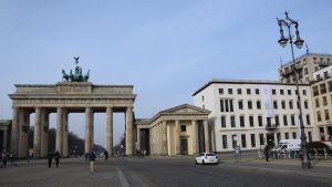 Eugen Gomringers dikt avenidas på fasaden vid stiftelsen Brandenburger Tor i Berlin