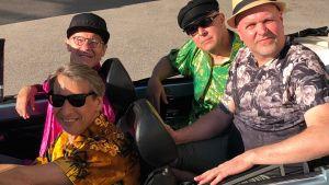 Fyra män i en bil.