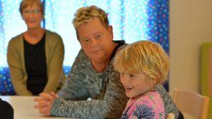 Raul Carusi, 6 år, sitter vid ett bord tillsammans med barnträdgårdslärarna Valborg Vilhjalmsdottir och Heidi Kihlstedt på Solbacka daghem i Karis,