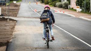 Flicka cyklar